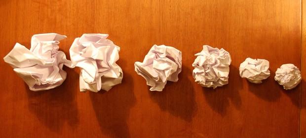 Bolinhas de papel foram feitas com folhas A4 de diferentes espessuras: experimento mostra como espessura de papel menor leva a formação de mais dobras. Mesmo mecanismo é observado no córtex cerebral  (Foto: Suzana & Luiza Herculano-Houzel)
