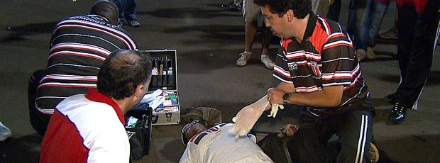 Torcedora do Botafogo-SP fica ferida após confusão no final do clássico Come-Fogo (Foto: Chico Escolano / EPTV)
