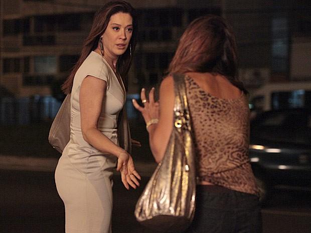 A traficante faz a louca e deixa Lucimar falando sozinha (Foto: Salve Jorge/TV Globo)
