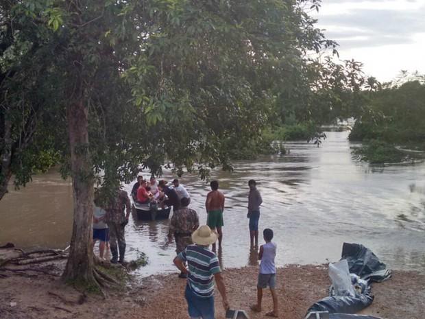 PMA usou embarcação para socorrer indígena de aldeia ilhada (Foto: Divulgação/ PMA)