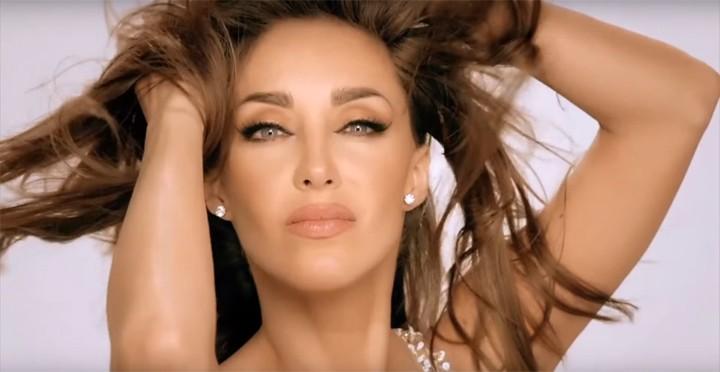 Anahí se joga em mistura brasileira em seu clipe 'Boom Cha' (Foto: Reprodução)