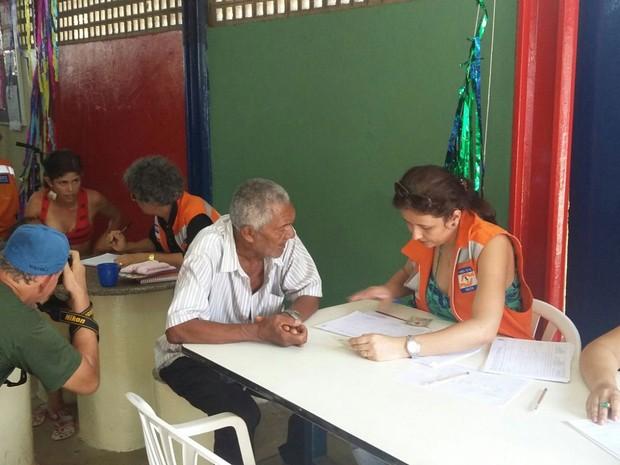 Equipes da Defesa Civil realizam cadastro dos moradores que tiveram casas atingidas (Foto: Débora Soares / G1)