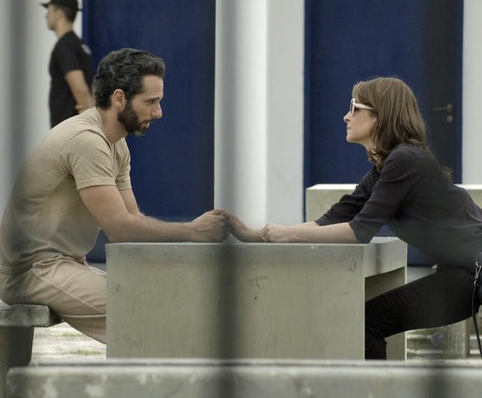 Carolina encontra Everaldo na prisão  (Foto: TV Globo)