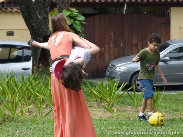 Quem disse que não dá para se divertir no trabalho? Olha a Paolla e a Klara! (Foto: Amor à Vida/TV Globo)