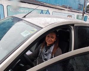 A professora Magda Aparecida de Souza desistiu de estacionar depois de ver a placa (Foto: Rosanne D'Agostino/G1)