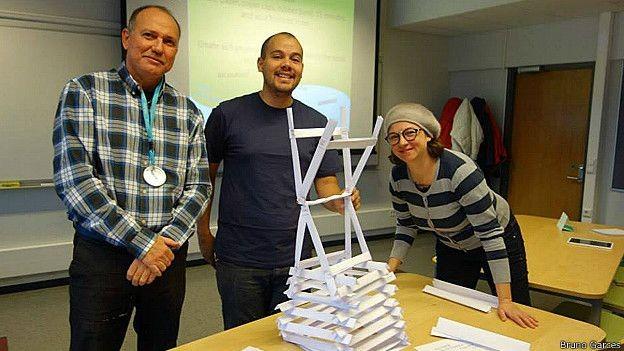 Professores Fechine, Bruno Garcês e Kelly Santos em sala de aula finlandesa: mais projetos práticos e autonomia dos alunos (Foto: Bruno Garces)