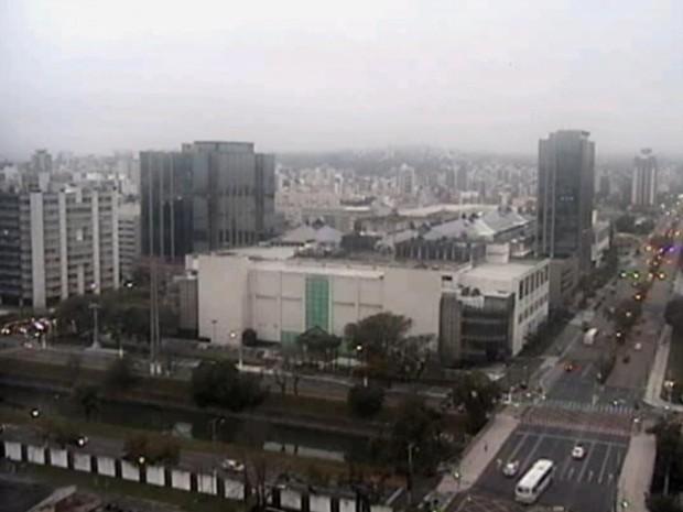 Amanhecer com tempo nublado em Porto Alegre (Foto: RBSTV/Reprodução)