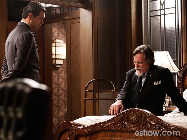 Ernest tenta entrar no jogo de Manfred (Foto: Fábio Rocha / TV Globo)