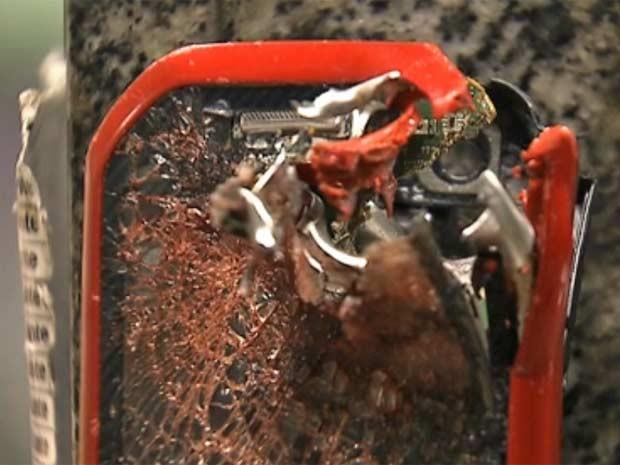 Celular foi destruído por tiro; Jurema foi morta após discussão com cabo da PM. (Foto: Reprodução/TV Globo)