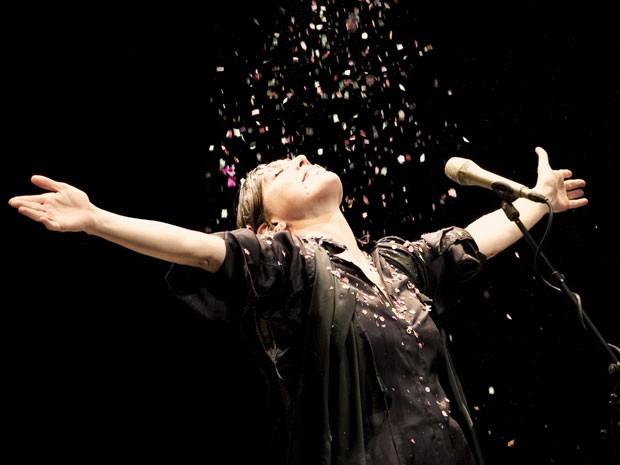Ao final do show, ela recebe confetes coloridos e também joga os pequenos papéis nos músicos da banda (Foto: Divulgação)