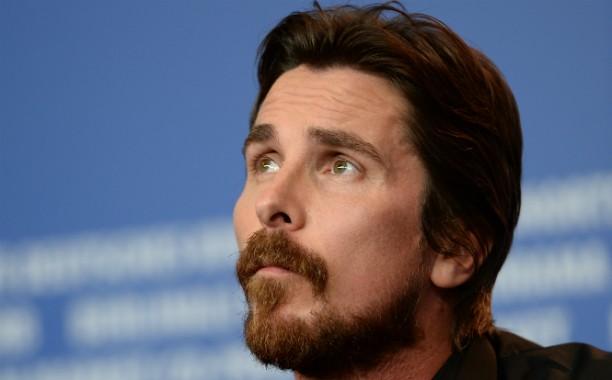 """Se hoje Christian Bale interpreta super-heróis, no passado a coisa foi diferente: ele afirma ter passado anos apanhando de outros garotos na escola. """"Era um inferno, socos e chutes o tempo todo"""", conta o astro. (Foto: Getty Images)"""