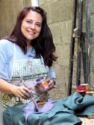 Artista Deia Leal pintando pintando roupa de morto (Foto: Deia Leal/ Arquivo Pessoal)