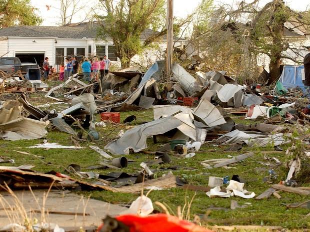 Tornado deixou um rastro de destruição em  Arkansas (Foto:  AP/Tulsa World, Gary Crow)