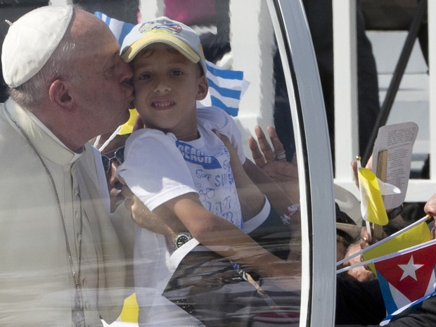 Papa Francisco beija criança ao chegar à Praça da Revolução de Holguín, em Cuba, para celebrar missa nesta segunda-feira (21) (Foto: Alessandra Tarantino/AP)