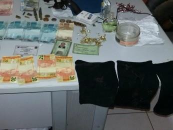 Dinheiro, joias e outros objetos levados da casa foram recuperados (Foto: Polícia Militar/ Alto Garças-MT)