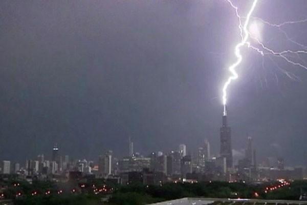 Prédio, que fica em Chicago, e tem 108 andares e 442 metros (Foto: BBC)