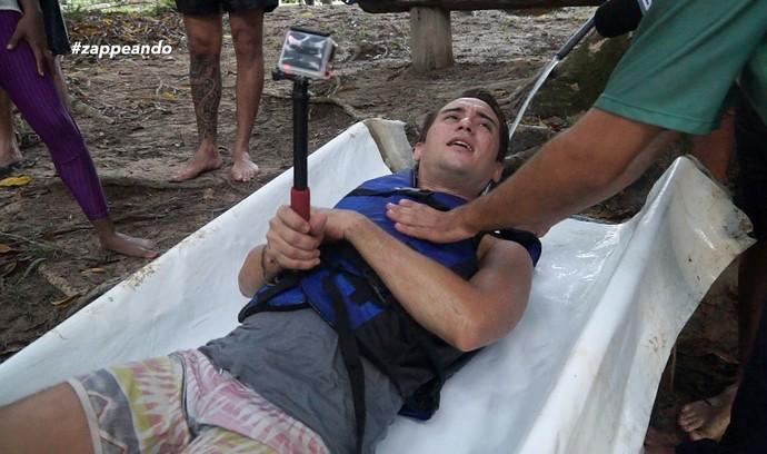 Titia Tal Quando desce em um escorregador gigante (Foto: Rede Amazônica)