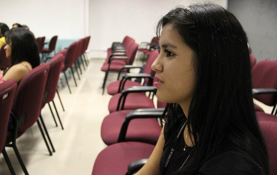 Estudante Janaina Gusmão ficou impressionada com as histórias dos repórteres (Foto: Katiúscia Monteiro/ TV Amazonas)