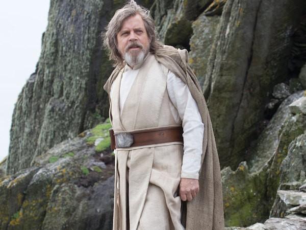 O personagem Luke Skywalker na cena final de Star Wars: Episódio VII - O Despertar da Força (2015) (Foto: Reprodução)