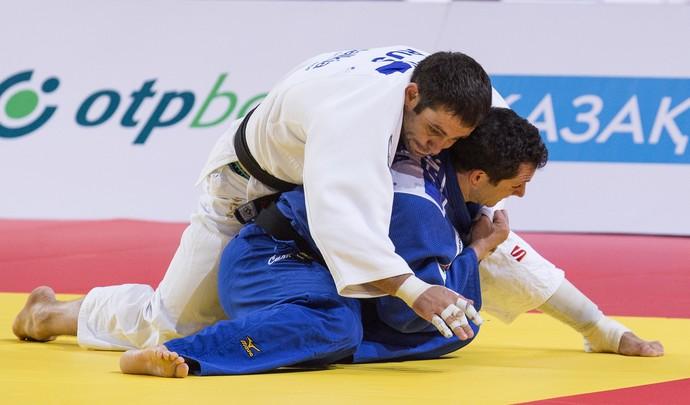 Tiago Camilo contra Kirill Denisov, Mundial de Astana (Foto: AFP)