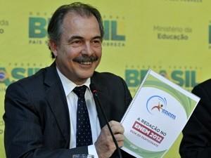 O ministro Aluísio Mercadante apresenta manual (Foto: Divulgação / ABr)