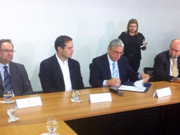 Ao centro, Renan Filho (PMDB) e Teo Vilela (PSDB) durante solenidade de transição do governo (Foto: Fabiana De Mutiis/G1)