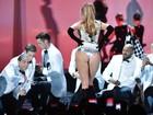 Jennifer Lopez deixa bumbum à mostra em apresentação