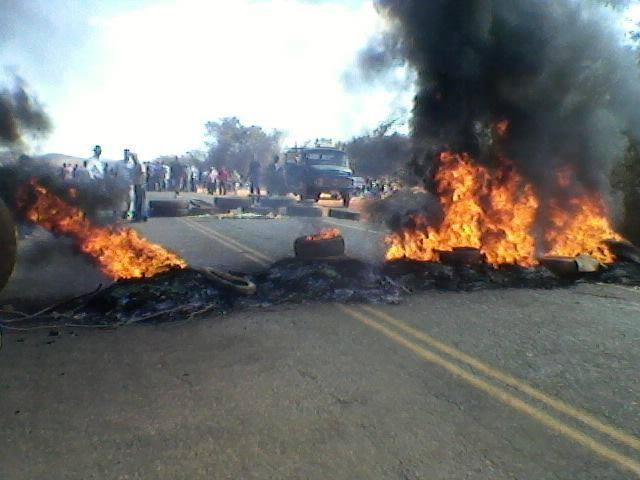 Manifestante bloquearam a estrada MGC-120 (Foto: Divulgação)