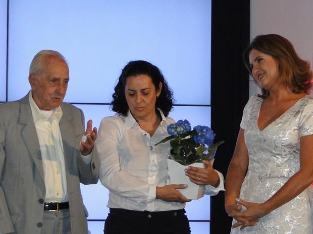 José Pio, ganhador na categoria cidadania, distribui donativos em Contagem, na Grande BH (Foto: Raquel Freitas/G1)