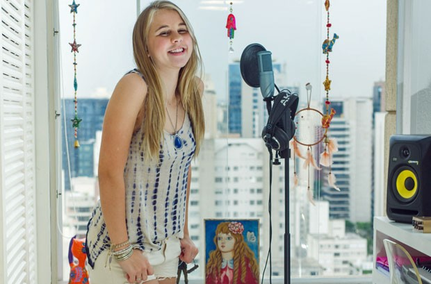 Nonô Lellis, de 17 anos, é cantora e quer estudar música; ela fará o Enem como treineira (Foto: Flavio Moraes/ G1)