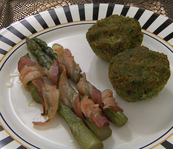 Muffins de Carne com Espinafre e Legumes com Aspargos Assados Temperados e Enrolados com Bacon  (Foto: TV Globo)
