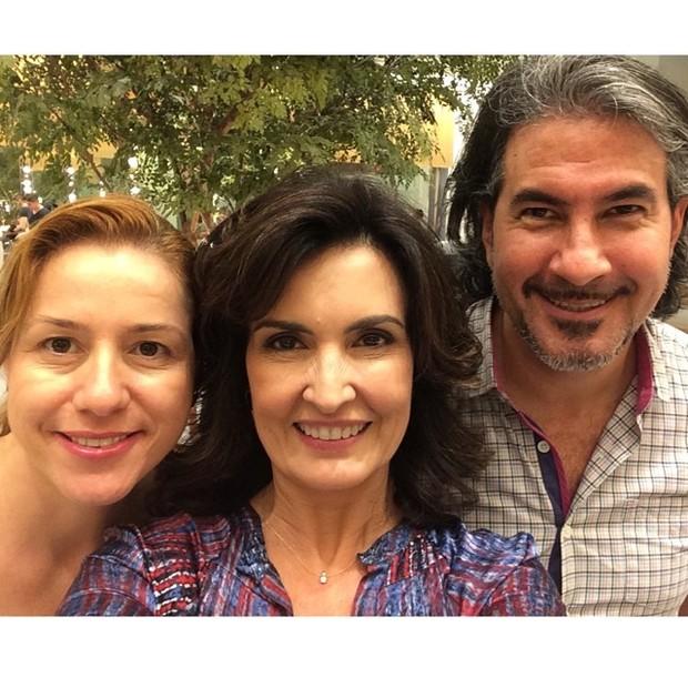 Fátima Bernardes exibe novo visual ao lado de Flavio Chiodelli e Renata Romão (Foto: Instagram/ Reprodução)