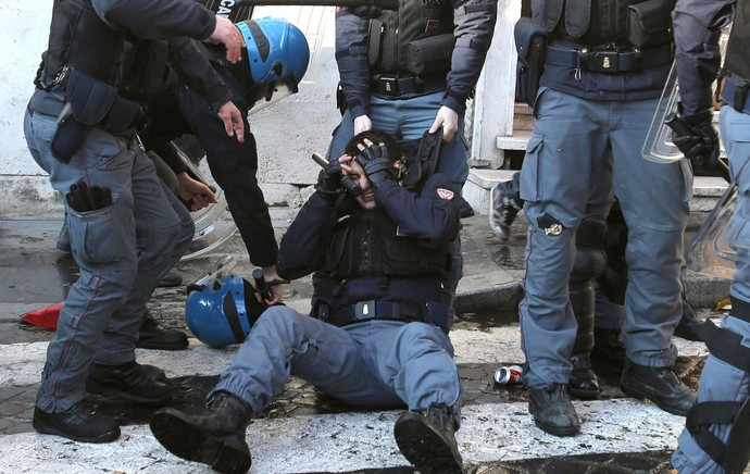 Roma x Feyenoord - confronto torcedores e polícia (Foto: EFE)