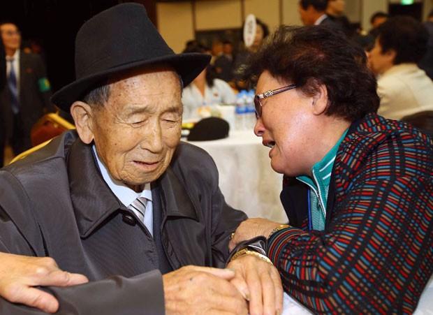 Irmãos se reencontram após mais de 60 anos separados  (Foto: The Korea Press Photographers Association/AFP)