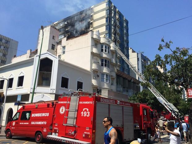 Cerca de 15 veículos dos bombeiros foram para o local (Foto: Mariana Cardoso / G1)