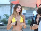 De biquíni, Renata Molinaro roda cenas de filme com famosas