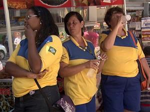 Funcionários dos Correios de Campinas em frente a agência no Centro (Foto: Reprodução EPTV)