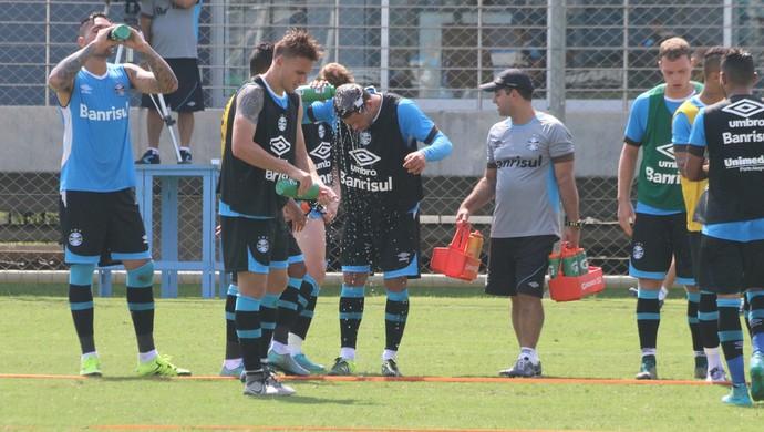 grupo do Grêmio calor água treino (Foto: Eduardo Moura/GloboEsporte.com)