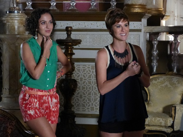 Aisha está toda feliz achando que encontrou sua família biológica (Foto: Salve Jorge/TV Globo)