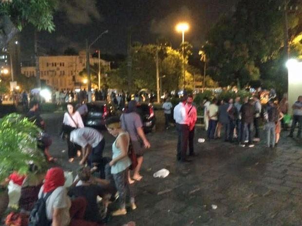 Integrantes dos movimentos sociais contrários à aprovação -- Direitos Urbanos e Ocupe Estelita -- estão do lado de fora da Câmara (Foto: Vitor Tavares/G1)