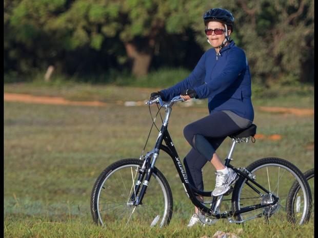 A presidente Dilma Rousseff passeia de bicicleta nos arredores do Palácio da Alvorada durante a manhã desta segunda-feira (1º) em Brasília. Ela estava acompanhada por seguranças, também de bicicleta (Foto: Ed Ferreira/Folhapress)