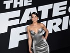 Michelle Rodriguez atrai os flashes com look decotado em première