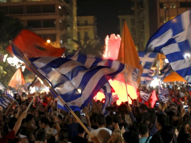 Partidários do 'não' comemoram resultado do referendo na praça Syntagma, em Atenas (Foto: Yannis Behrakis/Reuters)