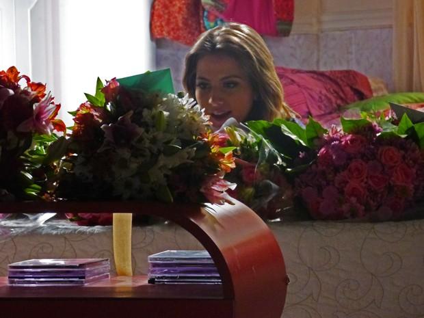Ela lê o cartão e ganha uma pista de quem é o admirador. O que será? (Foto: Malhação/ TV Globo)