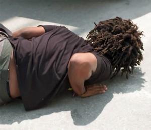 Beto cai no chão! (Foto: Gshow)
