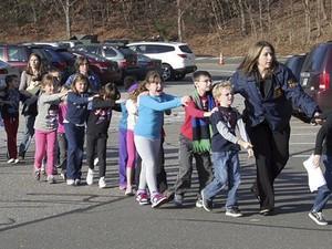 Um tiroteio em uma escola fundamental deixou ao menos um morto e um ferido na manhã desta sexta-feira (14) em Newtown, no estado americano de Connecticut. (Foto: Newtown Bee/AP)