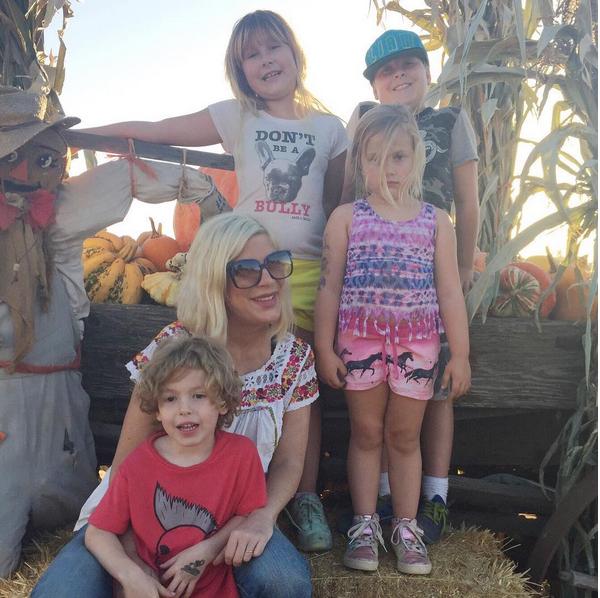 A atriz Tori Spelling e seus quatro filhos (Foto: Instagram)