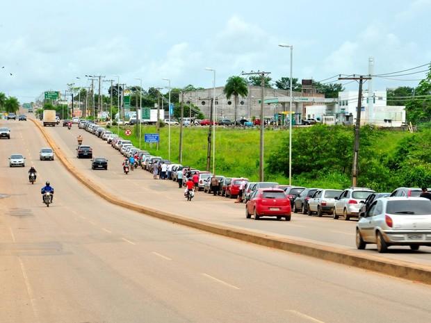 Fila de carros em posto de combustível na Via Verde, em Rio Branco (Foto: Gilberto Ávila/Arquivo pessoal)