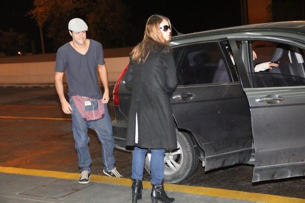Paolla Oliveira chega a aeroporto com o namorado, Joaquim Lopes (Foto: Rodrigo dos Anjos/Ag News)