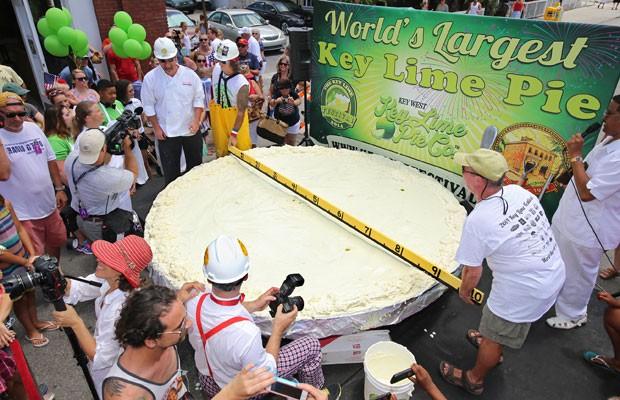 Os chefes Paul Menta (esquerda)  e  Jim Brush medem a torta gigante, na Flórida (Foto: AP)